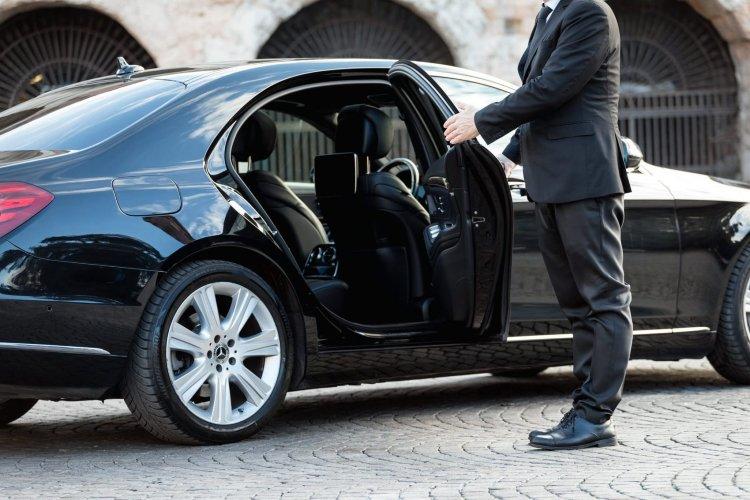 Особенности получения автомобиля с водителем в аренду